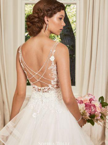 νυφικο-φορεμα-βολαν-πριγκιπικο-απλο-ακεντητο-Y21989-sophia-tolli-venetti-mon-cheri